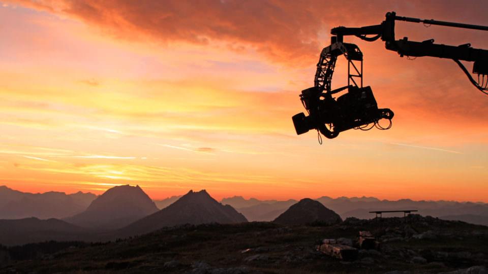 """Universum: """"Schladminger Bergwelten - Zwischen Jahrhunderten und Hundertstelsekunden"""", Die Dokumentation zeigt, wie der Mensch aus der großartigen Naturlandschaft dieser Region auch eine Kulturlandschaft gemacht hat - und zwar eine Kulturlandschaft, die mit und von der wilden Natur lebt: Zur Vielfalt dieser beeindruckenden Landschaft hat nicht nur die uralte Almwirtschaft wesentlich beigetragen, auch der Bergbau hat die Menschen und das Gebiet geprägt - und sie zu Vorreitern im Bereich der Seilbahntechnik werden lassen. Menschen haben sich offensichtlich hier immer wohl gefühlt, und vielen war und ist Schladming ein Tor für intensive Naturerlebnisse in den Alpen. Diese Universum-Doku ist ein Film über eine einzigartige Naturlandschaft, an die sich der Mensch angepasst hat - und die er sich angepasst hat. Eine Dokumentation von Gernot LercherIm Bild: Sonnenaufgang.  SENDUNG: ORF2 - DI - 29.01.2013 - 20:15 UHR. - Veroeffentlichung fuer Pressezwecke honorarfrei ausschliesslich im Zusammenhang mit oben genannter Sendung oder Veranstaltung des ORF bei Urhebernennung.  Foto: ORF/Interspot Film/Hans Peter Steiner.  Anderweitige Verwendung honorarpflichtig und nur nach schriftlicher Genehmigung der ORF-Fotoredaktion.  Copyright: ORF, Wuerzburggasse 30, A-1136 Wien, Tel. +43-(0)1-87878-13606"""